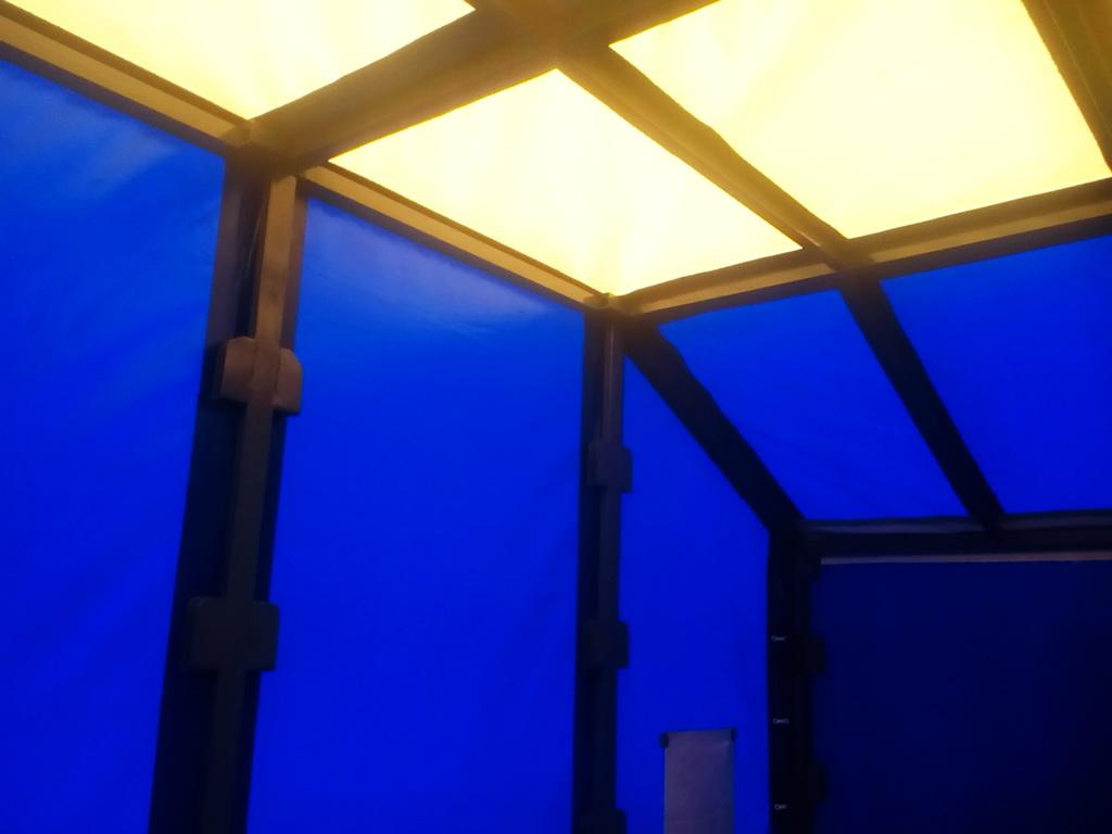 Светопрозрачная крыша тента легкового прицепа из ткани-ПВХ белого цвета
